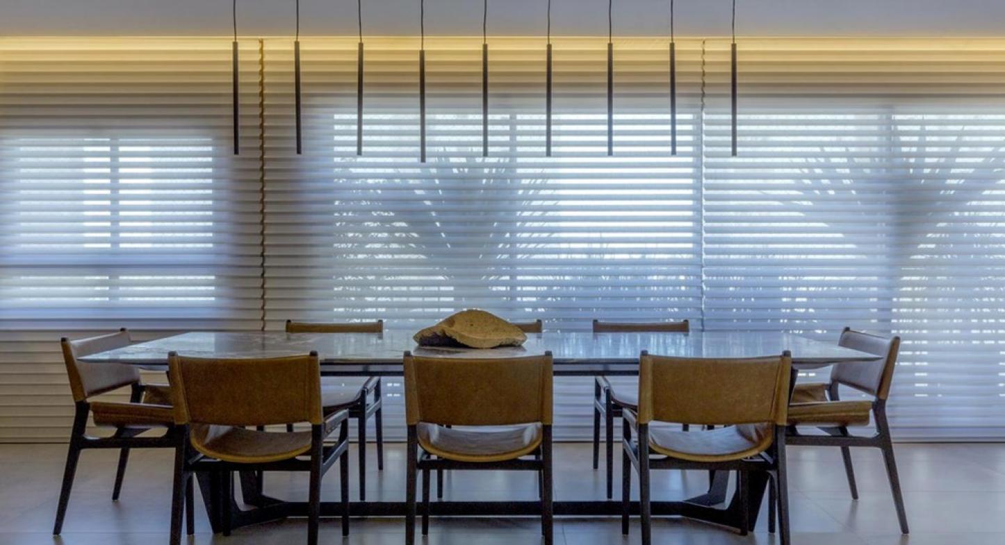 4 modelos de cortina de enrolar para revestir varandas de vidro