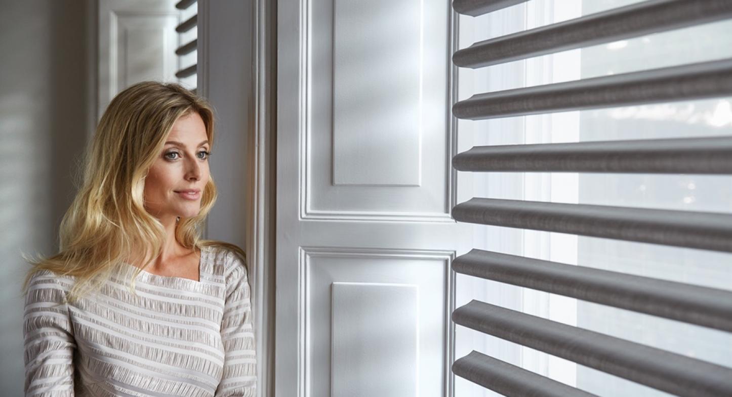 Persianas de tecido revestem janelas com funcionalidade e elegância