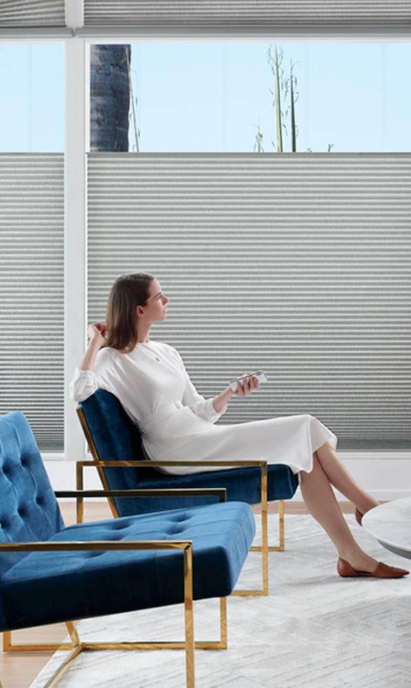 Uma imagem contendo janela, pessoa, no interior, edifício  Descrição gerada automaticamente